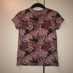 Fin blommig t-shirt ifrån carlings i storlek XS och är halvt tight o sitter fint, köpare står för frakten:)