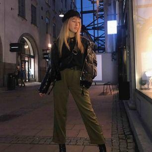 Supersnygga militärgröna kostymbyxor från H&M i mycket bra skick! Funkar även på mindre storlekar än 38 med ett bälte, som jag i bilden. Möts upp i Stockholm innerstad eller Täby.