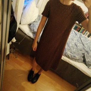cool svart, gul, röd randig klänning. Skit snygg att ha på hösten tillsammans med ett par coola kängor :) Antingen möts vi upp i Uppsala eller så står köparen för frakten :))