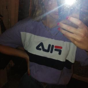 Skit cool lila Fila tröja. Köparen står för frakten eller så möts vi upp i Uppsala:)