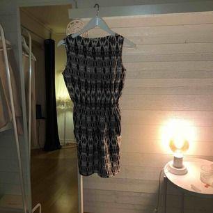 """Har har vi en lite """"finare"""" klänning i ett lite speciellt mönster som går i färgerna blått,grått och vitt som har fickor på vardera sida om höfterna! ☀️☀️"""