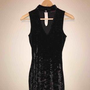 Helt ny svart choker velvet klänning. Aldrig använd.  Köparen står för frakt