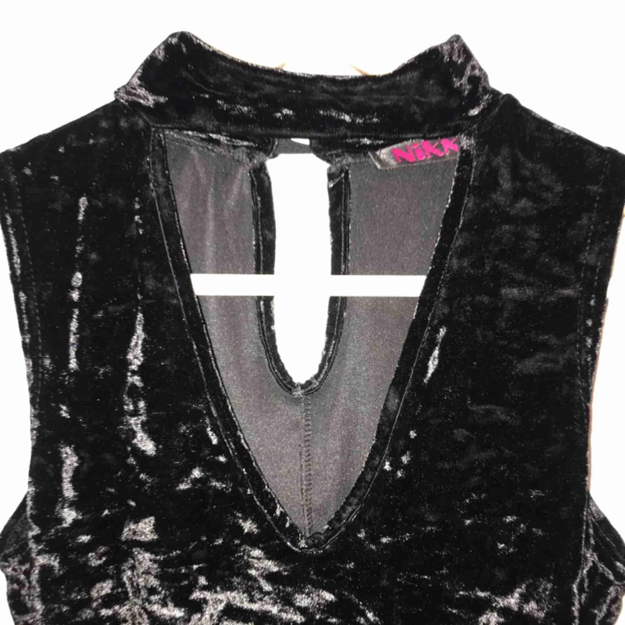 Helt ny svart choker velvet klänning. Aldrig använd.  Köparen står för frakt . Klänningar.