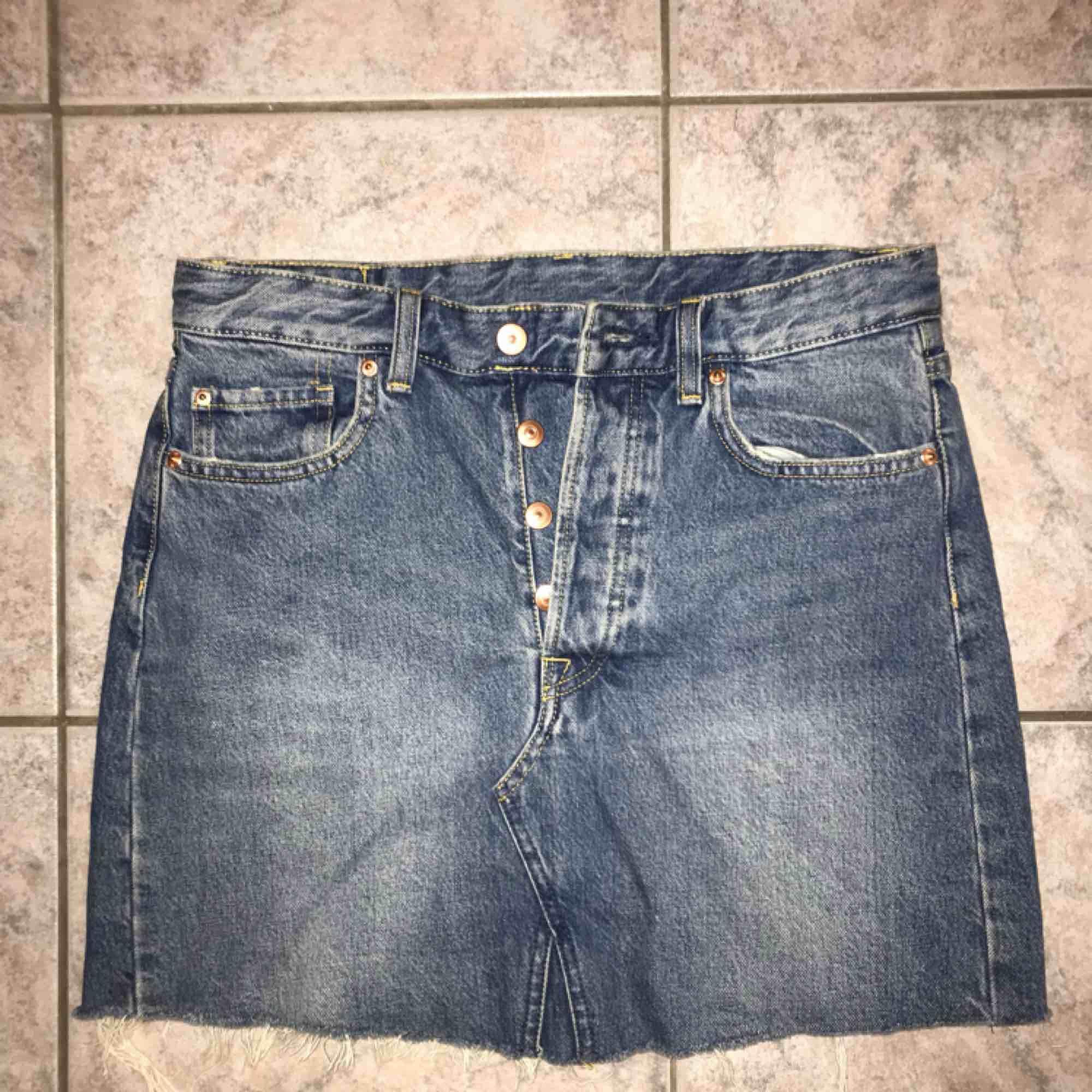 Helt ny jeanskjol, aldrig använd! Köparen står för frakt  . Kjolar.