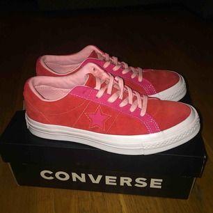 Converse One Star OX Enamel Red/Pink Pop  Storlek:36 Köpte de för 91,50 Euro (963kr) Använt de bara 1 gång men säljer de för att de har aldrig kommit till användning. Fraktar inte de här.