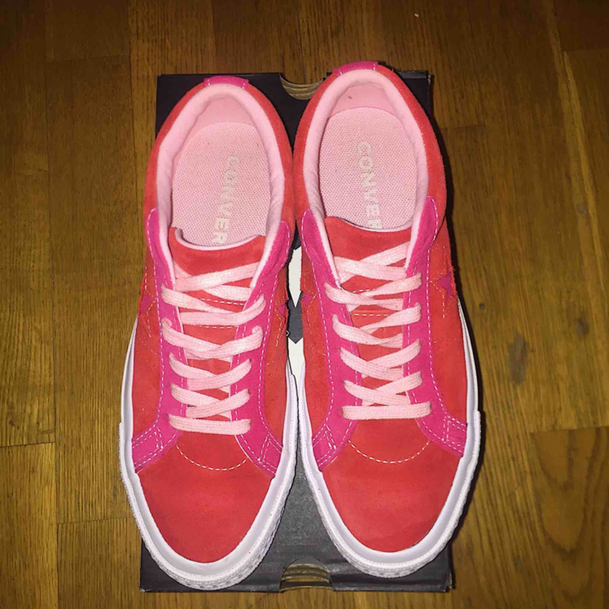 Converse One Star OX Enamel Red/Pink Pop  Storlek:36 Köpte de för 91,50 Euro (963kr) Använt de bara 1 gång men säljer de för att de har aldrig kommit till användning. Fraktar inte de här. . Skor.