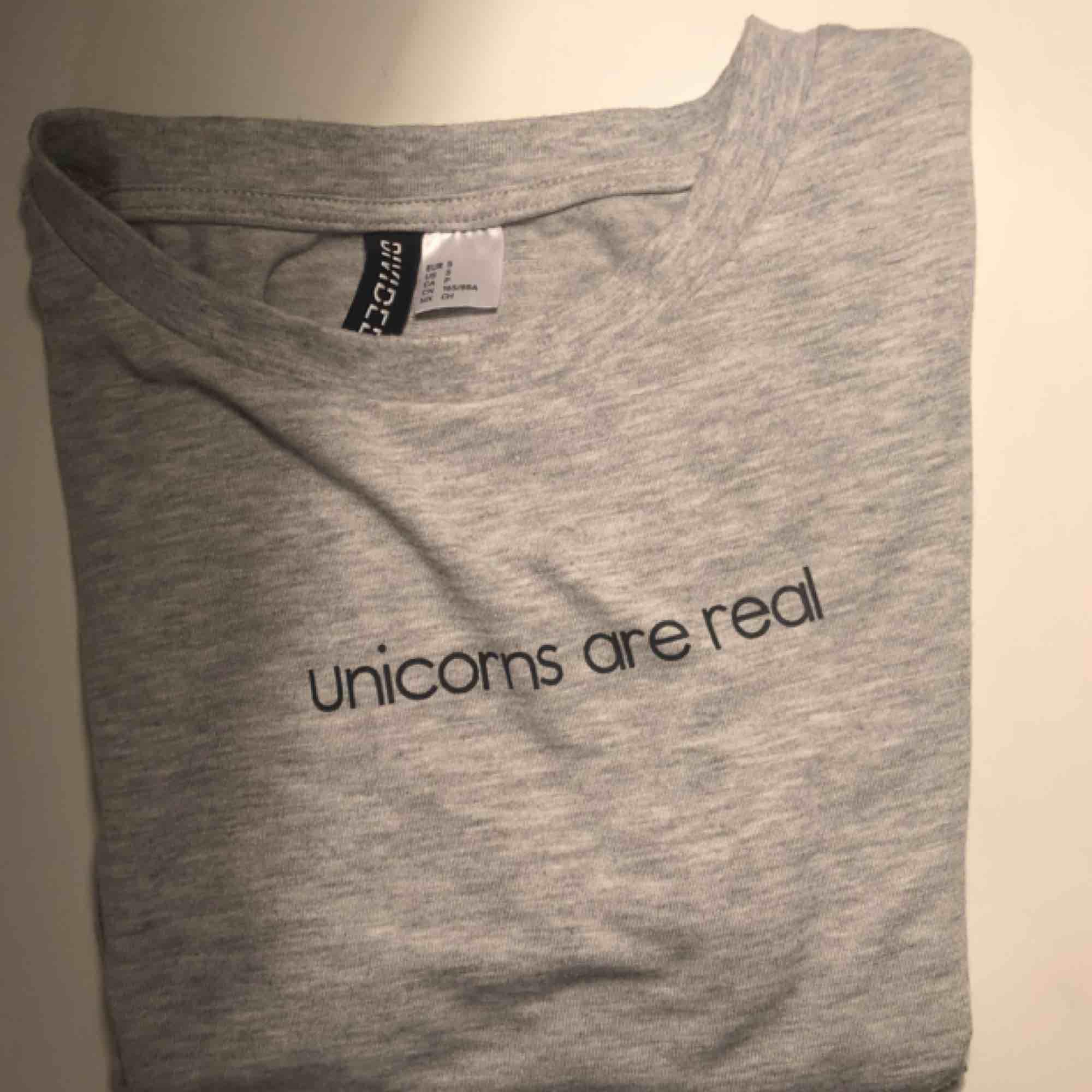 Kort T-shirt. Näst intill oanvänd:) . T-shirts.