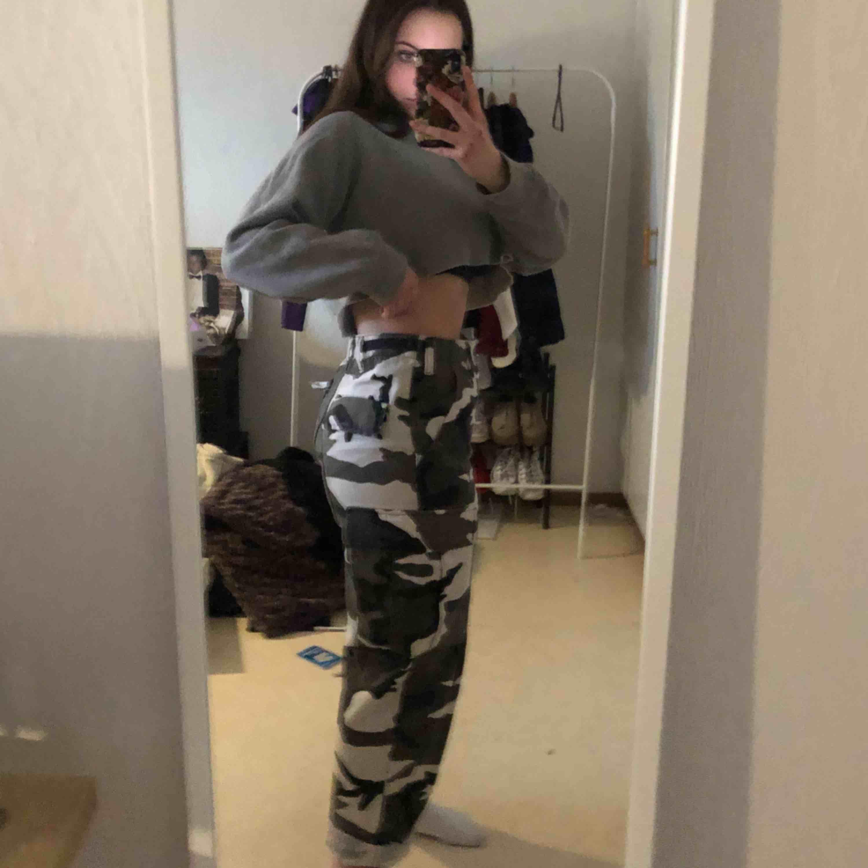 Camo byxor som verkligen sitter sååå snyggt!! Är ordentliga byxor. Skriv ifall du har några frågor! :) frakt; 56kr. Jeans & Byxor.