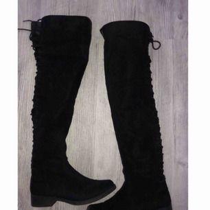Overknee skor i nyskick, använda fåtal gånger. Storlek 40 men passar även 39. Nypris 499 kr. Kan mötas i västervik eller fraktas 💜