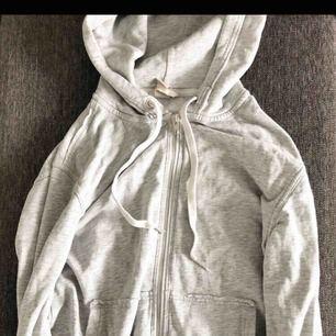 Grå enkel hoodie som är sparsamt använd. Kan mötas i västervik eller fraktas 💜