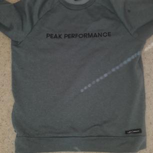 Grå peak tröja i fint skick, 450 kr plus frakt, kan bjuda på frakten vid snabb affär. Swish finns