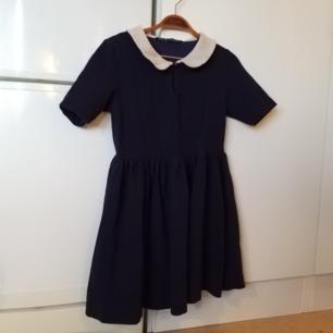 Mörkblå klänning med jättefin form, står L i den men passar även mindre
