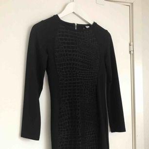 Superfin klänning med ormskinnsmönster i svart, använd 1-2 ggr. Från H&M (Divided)