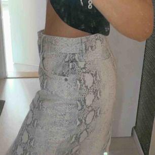 Helt ny kjol från Gina Tricot, aldrig använd! Prislapp finns kvar! Ny pris 449:-  Pris och frakt kan diskuteras