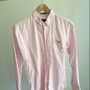 En jättefin rosa gant skjorta jr storlek 158-164. Den är använd men i väldigt fint skick, inga defekter. Behöver bara strykas en vända. Säljs då det blivit för litet