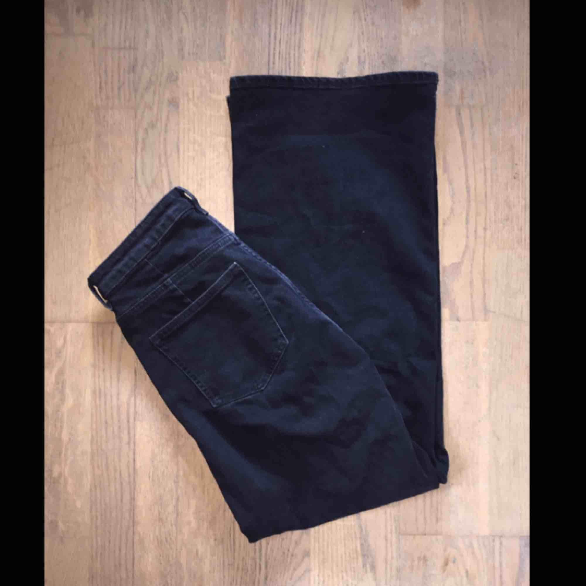 Byxor från weekday i modellen ACE, vida i benen och skitsnygga på! Använda typ två gånger. Nypriset e 500, säljer för 400 pga inget slitage, men man får pruta om man vill! . Jeans & Byxor.