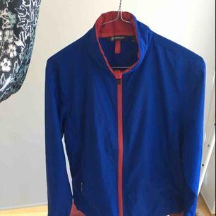 Mörkt blå tröja från abacus med röda detaljer. Vanligt golfmärke men kan såklart användas till annat. Inte vattentät men det är en vindtröja. Väldigt fint skick, använd ca 1 sommar, växtes ur ganska snabbt. Storlek 160