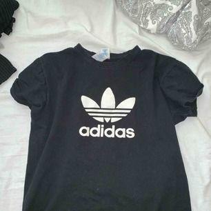 Svart Adidas T-shirt. Den är mer som en S/M än en XS! Ny pris 299:- Frakt tillkommer Pris kan diskuteras Vid frågor, skriv!