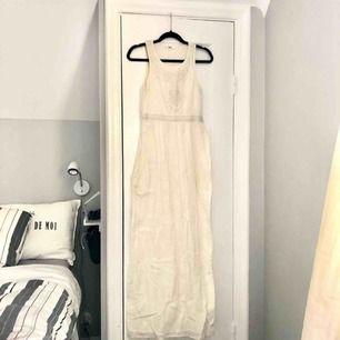 Suuuperfin benvit långklänning från Mango i storlek XS. Passar även S. I linnetyg, och har fickor!!!! Endast använd en gång
