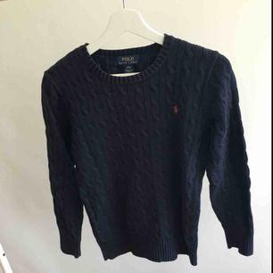 Navyblå kabelstickad tröja från ralph lauren i storlek L junior 14-16 år. Använt men fint skick, säljes då den blivit för liten.