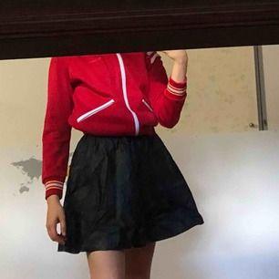 Superfin Faux leather kjol storlek 34 (XS). Dragkedja på ena sidan. (Jag är 165cm) Frakt tillkommer