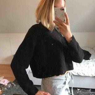 Cool svart tröja från ZARA. Den är croppad och ganska vid, därför passar den större storlekar också! Slitningar vid kragen, på ärmmynningarna och längst ner på tröjan (som ska vara där!). 💓