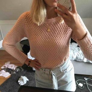 Gullig smutsrosa tröja från Vero Moda köpt förra sommaren och använd några enstaka gånger. Säljer då det inte är min stil längre:(💓 Längden visas bäst på sista bilden