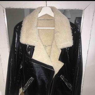 Jacka från NA KD, aldrig använd i stl 36/38   Köpare står för frakt eller möts i Göteborg 🌸  PS. Saknar bältet som sitter längst ner.