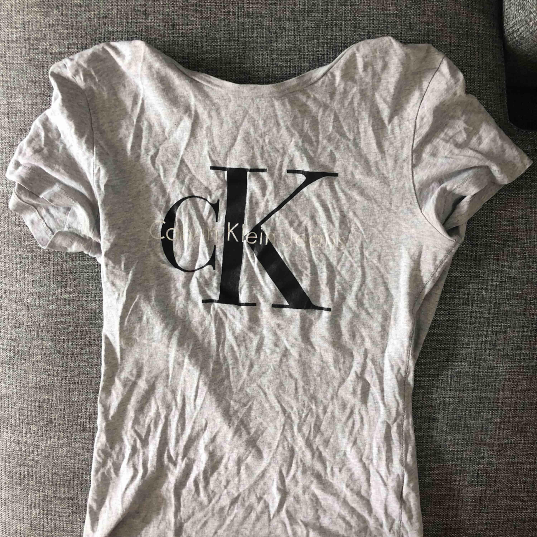 Calvin Klein t shirt, äkta. Storlek S, perfekt skick.. T-shirts.