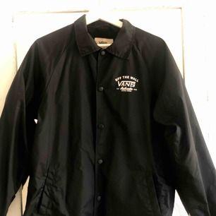 Vans coach jacket i stl s, säljer den då den tyvärr inte kommer till användning 🥰   Köpare står för frakt eller möts upp i Göteborg 🌸