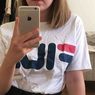 Vit FILA T-shirt i storlek M! Säljes på grund av att använder inte längre. Använd ett fåtal gånger, dvs är i bra skick :) Köparen betalar frakt