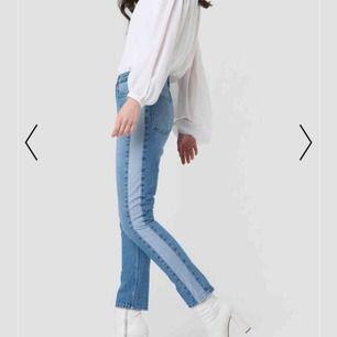 Blåa momjeans med en mörkare stripe på båda sidorna. Köptes i våras och är därför i ett väldigt fint skick! Jag är vanligt viss en s och byxorna sitter perfekt på mig.