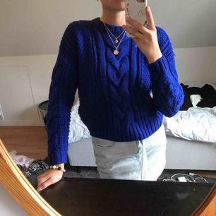 Mysig tröja från hm i en cool blå färg🌟 använd fåtal gånger och är nu inte längre min stil tyvärr✨ den är stor i storleken så passar XS-M  Åker bort på söndag i 12 dagar så skriv nu för att mötas upp eller få den skickad innan!