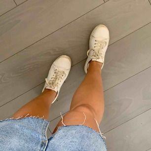Vita skor (lite smutsiga) Storlek 38 men passar även mig som har 36