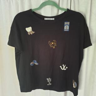 Härlig tshirt från pull and bear. Köpte denna för den passa så bra till min gula mössa, såå har du en gul mössa😎