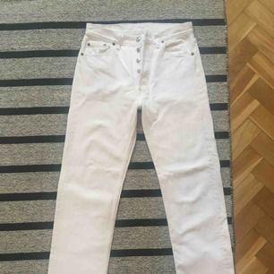 Vintage Levi's 501, stl W30 L30, vita med vit söm. Snyggaste jeans jag sett! Secondhandbutiken hade tvättat dem i speciell vittvätt men det finns fortfarande några mindre gråaktiga märken på dem. Värst är en gulaktig fläck längst ned på benet, se bild.