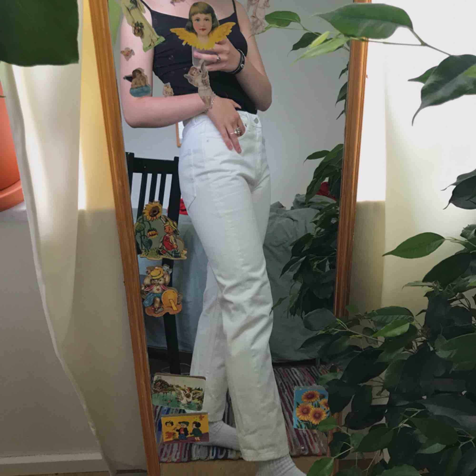 vita jeans från weekday i modellen voyage🦋superfina men tyvärr aldrig använda. storlek 27/28, passar mig som oftast har medium eller small. kan mötas upp i sthlm eller frakta (köparen står för fraktkostnaden) . Jeans & Byxor.