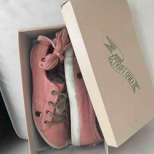 ODD Molly- down to earth low sneakers, milky pink i stl 41. Använda 1 gång o säljer pågrund av för liten storlek, passar mer som en större 40. Frakten står du själv för! Nypris 795kr