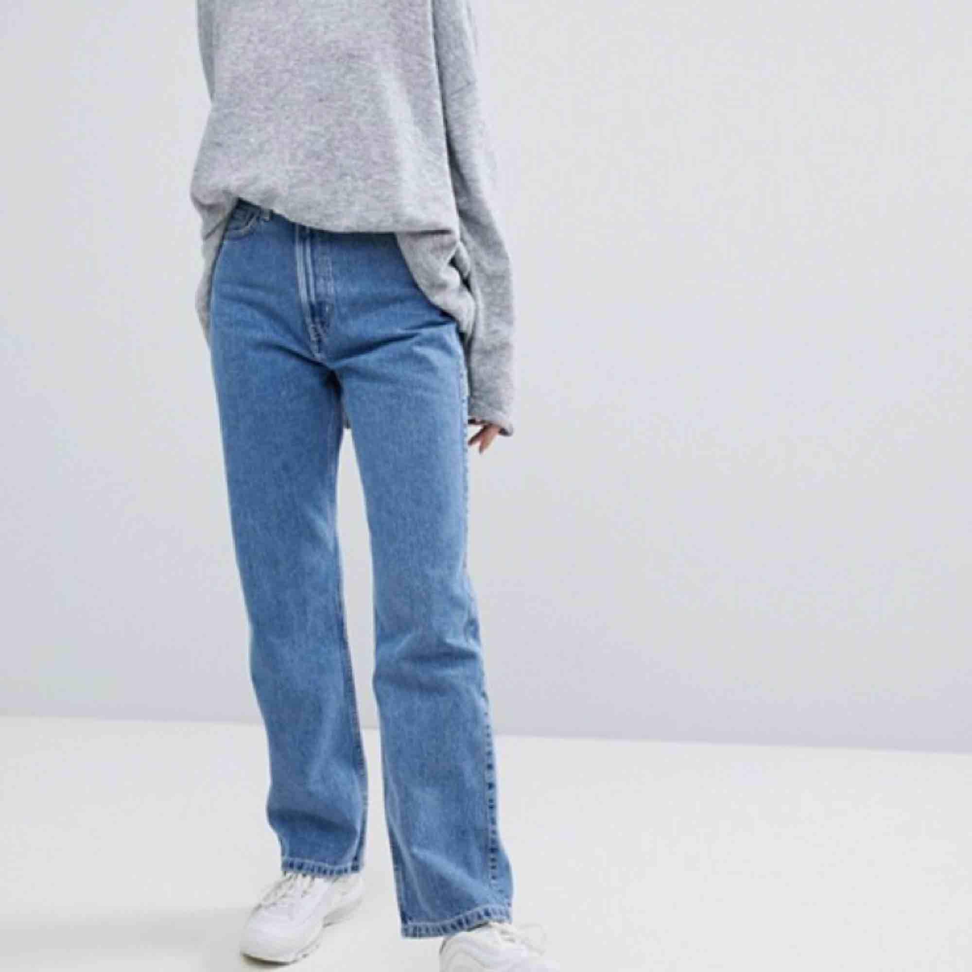 Köpte dessa skitsnygga weekday byxor, modell ROW sky blue, storlek 27/30 men va tyvärr för stora för mig, är det någon som kanske har ett likadana par i storlek 26 istället som skulle kunna tänka  sig byta? Eller har några att sälja för billigt pris🥰 . Jeans & Byxor.