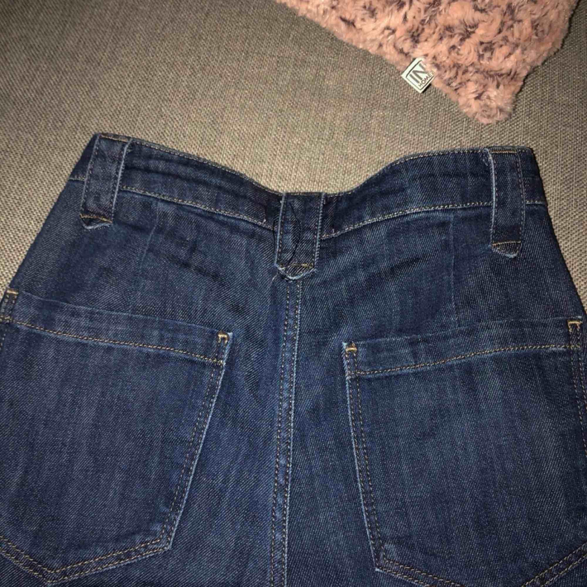 Helt nya, oanvända, High Waist, kvalitetsjeans från dobber, gör ont att sälja ( rensar garderoben) Sitter jätte snyggt på rumpan Nypris: runt 600kr Skriv direkt vid intresse, därefter kan vi gemensamt diskutera ett rimligt pris. Jeans & Byxor.