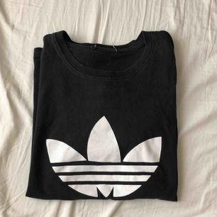 jätte fin adidas t-shirt använd sparsamt, tyvärr klippt bort märket i bak. 100kr + frakt