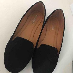 Svarta skor från boohoo i storlek 38