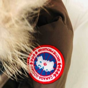 Här finns fler bilder! Säljer nu min älskade Canada Goose jacka som inte kommit till så mycket användning. ÄKTA jacka med ÄKTA päls! Hör av er för fler bilder osv 3500kr + frakt. kan sänka pris vid snabb affär
