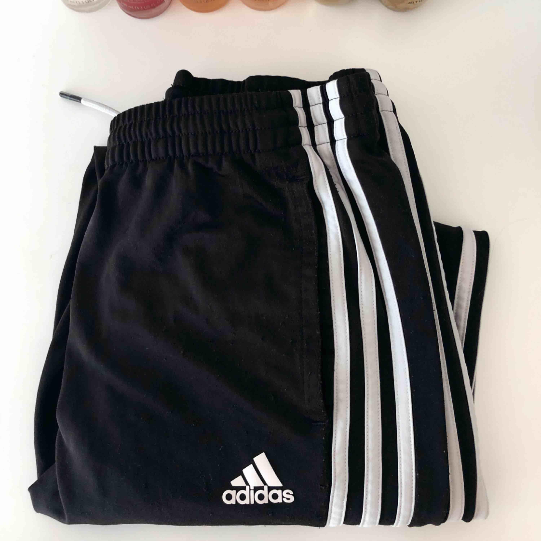 Adidasbyxor i storlek 164 men de är lite stora på mig och jag är en storlek S. Skulle säga att de snarare är en storlek M. Frakten är inkluderad i priset. . Jeans & Byxor.