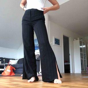 Vida kostymbyxor med slits från Zara. Köpta för 400kr och de är i bra skick! Jag är 173 cm lång och de är perfekta i längden med ett par sneakers.