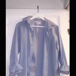 Ljusare blå Filippa K skjorta i storlek s.