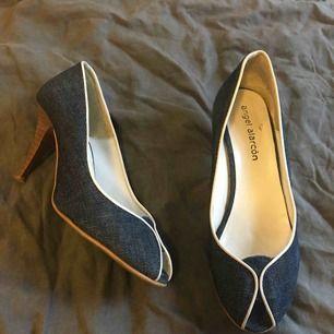 Eleganta skor i retro stil. Köpta i Spanien.  Lite slitage i sulan, syns på bild.
