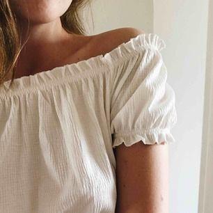 """Somrig och fin topp från H&M som kan användas både som off shoulder-topp och med """"vanlig"""" kort ärm. Oanvänd. Frakt är inkluderat i priset.🌸"""