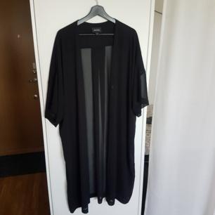 Svart genomskinlig kimono i xs/s men passar de flesta storlekar, längd ca. 113cm. Knappt använd och i bra skick.