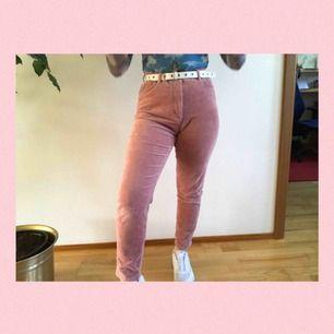Supersöta rosa manchester byxor från Monki! Knappt använda därför i jättebra skick;) De är strightleg och highwaist💕💕 Ord 300kr || Frakt +59